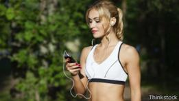 Una joven con un iPod