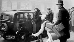 Mujeres entrando en un taxi con b olsas de la compra