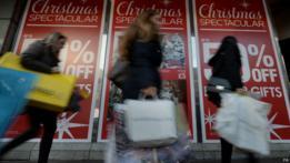 Peatones con bolsas de compras