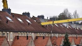 Grúa se cae en tejado en Holanda