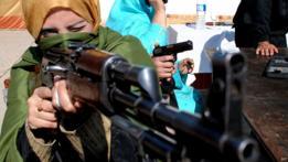 Maestra paquistaní en una práctica con armas