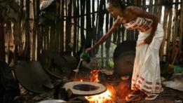 Mujer preparando alimentos