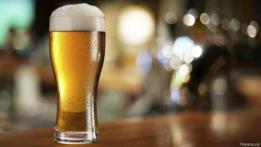 Un vaso de cerveza.