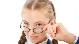 Jovencita con anteojos que parece muy inteligente