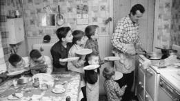 Familia numerosa a la hora de la cena