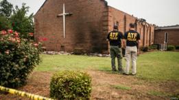 Investigadores en los alrededores de la iglesia Mount Zion