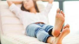 Una mujer con las piernas cruzadas