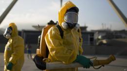 Agentes brasileños fumigan contra el mosquito transmisor del zika en el Sambódromo de Río de Janeiro, antes del inicio del carnaval 2016.