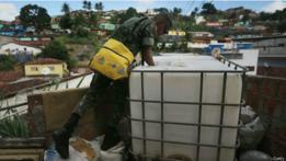 Un militar realiza tareas en el marco de una campaña para contener el avance del virus zika.