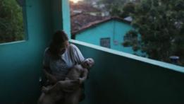 Una mujer con un bebé en sus brazos.
