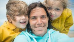 La fotógrafa Marijke Thoen junto a sus dos hijos