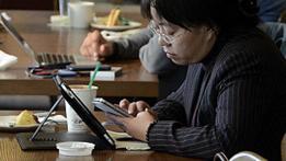 Mujer utilizando un ipad