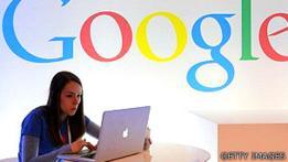 Usuaria de internet frente a un cartel de Google