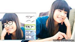 Una joven se prueba virtualmente un par de gafas