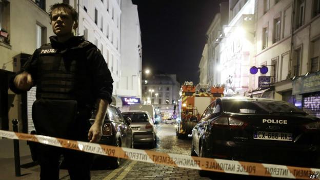 巴黎袭击现场之一警员在封锁线处戒备(13/11/2015)