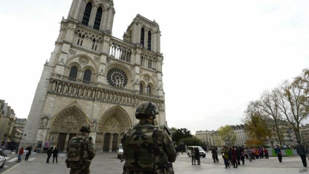 151114095829 paris notre dam 624x351 afp - Массовые теракты Париже - 128 убитых и более 180 раненых