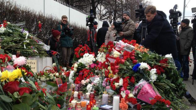 151114105607 flowers moscow 624x351 bbc nocredit - Массовые теракты Париже - 128 убитых и более 180 раненых