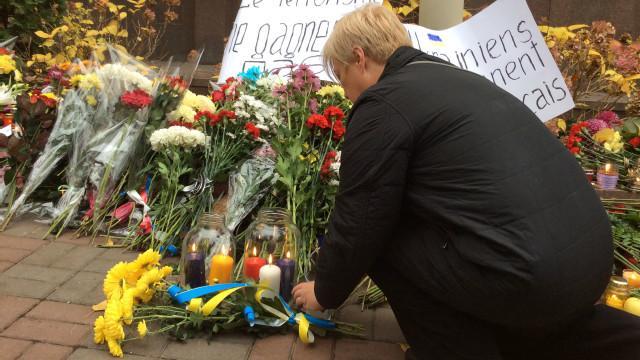 Đặt hoa trước cửa Đại sứ quán Pháp ở Kiev