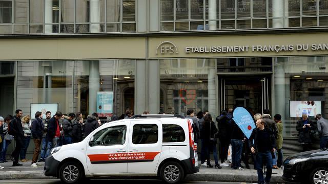 Người dân xếp hàng tự nguyện hiến máu tại Paris