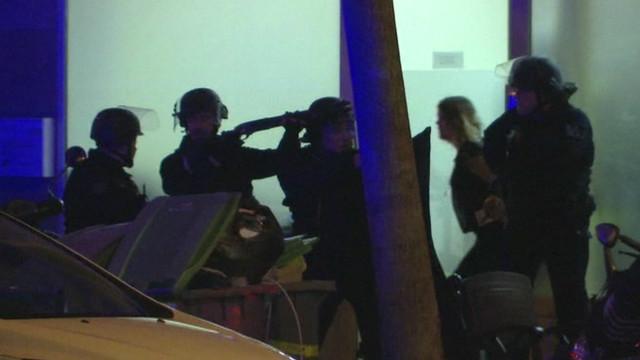Cảnh sát có vũ trang xông vào giải cứu con tin ở nhà hát Bataclan, Paris