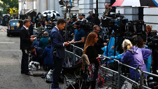 http://ichef.bbci.co.uk/wsimagechef/ic/640x360/amz/worldservice/live/assets/images/2016/06/24/160624055343_downing_street_journos_640x360_afp_nocredit.jpg