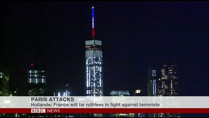 美国纽约为世界贸易中心一号大楼(One World Trade)亮起了象征法国国旗蓝、白、红颜色的三色彩灯。