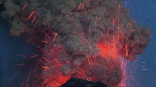 An Icelandic volcano explodes, May 2010 (Credit: Erlend Haarberg/NPL)