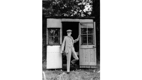 George Bernard Shaw in front of his rotating summerhouse (Keystone Pictures USA / Alamy)