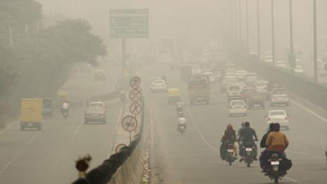 Delhi highway signs are barely visible. (Manoj Kumar/Hindustan Times/Getty Images)