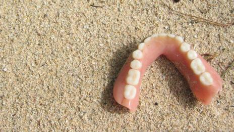 Dentures found on Roatan beach, Honduras (Thirteen Of Clubs/Flickr/CC BY-SA 2.0)