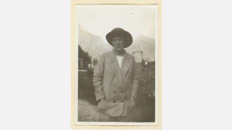 A photograph of Wally Neuzil at Gmunden, near Lake Traunsee, from July 1913