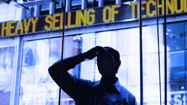 Man standing in front of news ticker (Copyright: Getty Images)