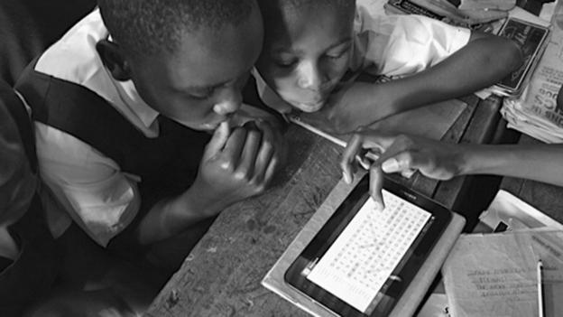 Children playing with eLimu software (Copyright: eLimu)