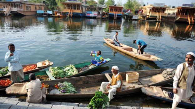 Kashmiri vegetable vendors (Credit: Sajjad Hussain/AFP/Getty)
