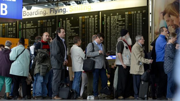Long lines to rebook cancelled flights (Thomas Lohnes/Getty Images)