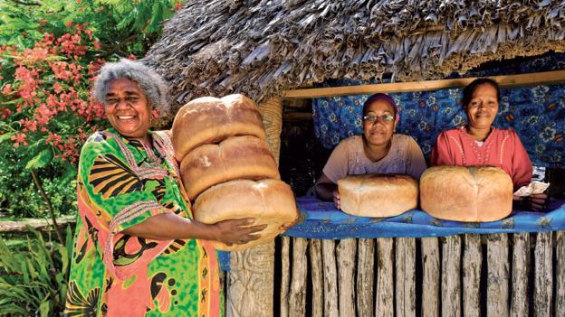 Maré women cooking pain de marmite (Credit: © Destination Iles Loyaute Ducandas)