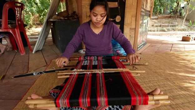 Weaving textiles at Ock Pop Tok (Credit: Andrea Pistolesi/Getty)