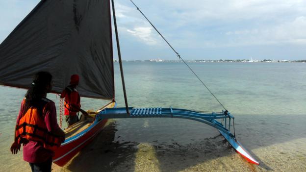 Students at WAM prepare a traditional canoe (Credit: Sameena Jarosz)