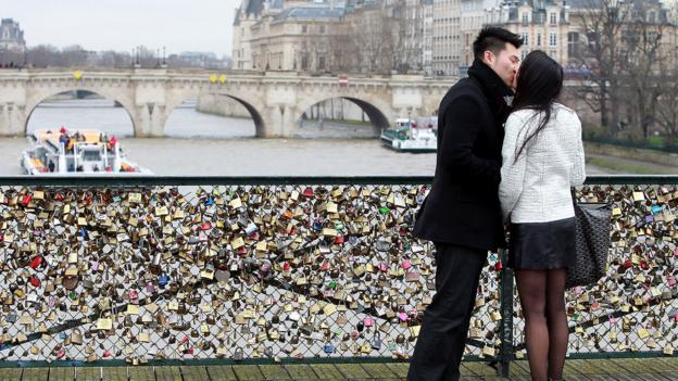 Romance on the Ponts des Arts (Credit: Yves Forestier/Getty)