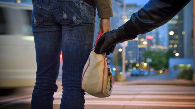 How pickpockets trick your mind