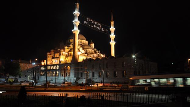 The New Mosque at night (Credit: Amanda Ruggeri)