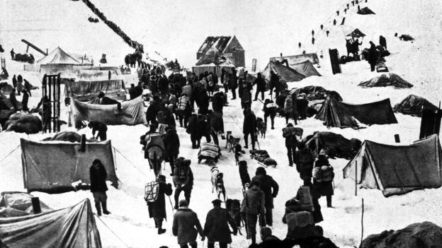 An 1895 caravan in the Klondike (Credit: Topical Press Agency/Getty)