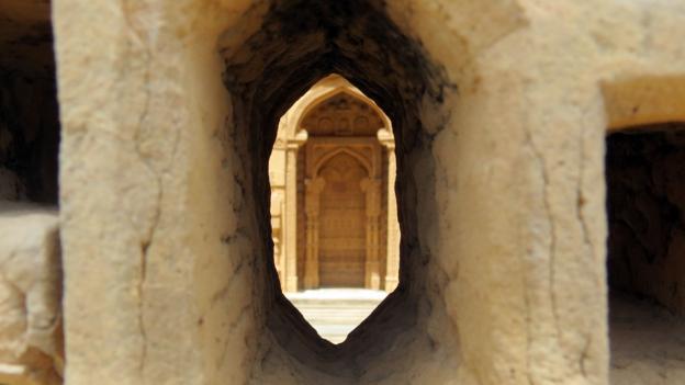 Looking through the enclosure of the tomb of Jam Nizamuddin (Credit: Urooj Qureshi)