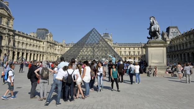 The Louvre line (Credit: Miguel Medina/AFP/Getty)