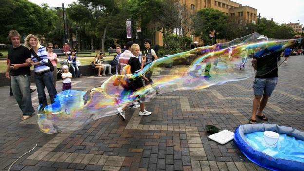 Making bubbles in Sydney's Circular Quay (Credit: Credit: David Hancock/Getty)