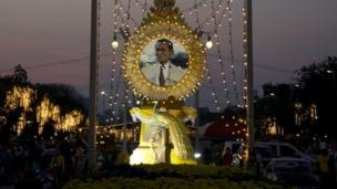 Thailand's King Bhumibol Adulyadej urges people to support each other for the country, in a birthday address amid anti-government protests.