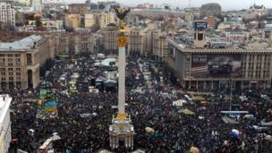 Hundreds of thousands of Ukrainians protest in Kiev, intensifying pressure on the government over its refusal to sign a deal on closer EU ties.
