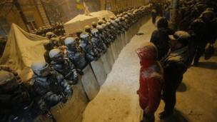 Ukrainian security forces are moving in on anti-government protesters and an opposition party, in a stand-off over government dealings with the EU.