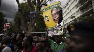 South Africans are expected once again to queue in their thousands to view the body of Nelson Mandela, which is due to lie in state for a second day.