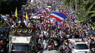 Thailand's main opposition Democrat Party is to boycott snap elections called to resolve a political crisis sparked by weeks of street protests.